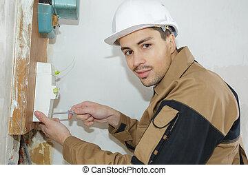fiatal, villanyszerelő, építő, konstruál, beiktató, egy, biztosíték doboza