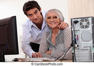 fiatalember, ételadag, egy, öregedő, hölgy, alkalmaz, egy, számítógép