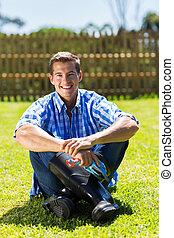 fiatalember, ülés, képben látható, a, pázsit