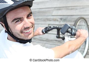 fiatalember, elnyomott bicikli