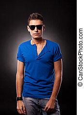 fiatalember, formál, fárasztó, blue trikó, és, napszemüveg