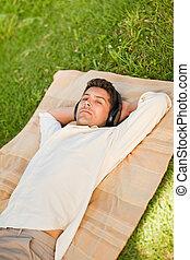 fiatalember, hallgat hallgat zene, a parkban