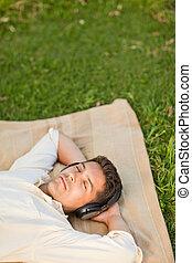 fiatalember, hallgat hallgat zene, alatt, a