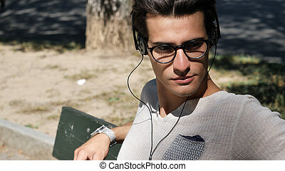 fiatalember, hallgat hallgat zene, dísztér