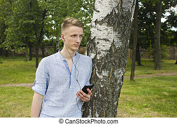 fiatalember, hallgat hallgat zene
