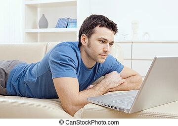 fiatalember, használt laptop, otthon