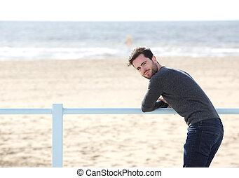 fiatalember, van egyedül, -ban, tengerpart