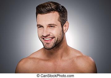 ficar, alegre, handsome., shirtless, cinzento, contra, olhando jovem, enquanto, fundo, retrato, sorrindo, bonito, afastado, homem