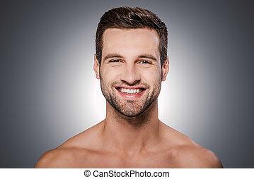 ficar, alegre, handsome., shirtless, jovem, contra, cinzento, olhar, enquanto, câmera, fundo, retrato, bonito, homem