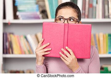ficar, aproximadamente, mulher, dela, prateleira, jovem, preocupado, olhar, exams., enquanto, livro, horrorizado, frente, saída