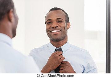 ficar, aproximadamente, seu, gravata, look., ajustar, africano, jovem, contra, confiante, enquanto, espelho, homem