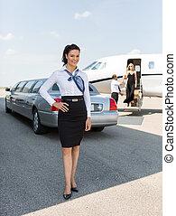 ficar, atraente, cheio, jato, comprimento, contra, terminal, aeroporto, privado, retrato, limusine, stewardess
