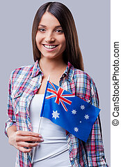 ficar, austrália, beleza, flag., bandeira, cinzento, contra, jovem, enquanto, fundo, australiano, mulheres felizes