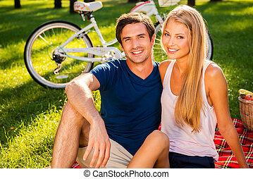 ficar, bicicleta, agradável, relaxante, sentando, cobertor, parque, jovem, junto, picnic., enquanto, fundo, piquenique, sorrindo, par amoroso, dia, feliz