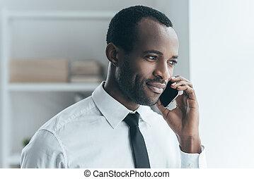 ficar, bom, talk., escritório, falando, jovem, formalwear, criativo, telefone negócio, enquanto, africano, sorrindo, bonito, homem