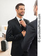 ficar, bonito, seu, sala, gravata, ajustar, hotel, jovem, formalwear, perfect., enquanto, usado, contra, espelho, homem sorridente, olhar