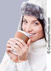 ficar, café, inverno, cinzento, aquilo, contra, jovem, close-up, enquanto, morno, fundo, tempo, sorrindo, mulheres, roupa, bebendo, bebidas