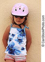 ficar, capacete, parede, bicicleta, ao ar livre, pequeno, menina, criança, feliz