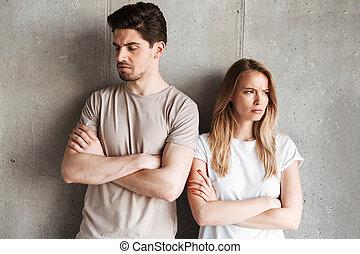 ficar, cinzento, 20s, mulher, parede, foto, sobre, indoor, braços dobrados, junto, isolado, concreto, resented, disputa, homem