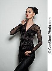 ficar, cinzento, mulher, parede, contra, moda, experiência preta, modelo, roupas