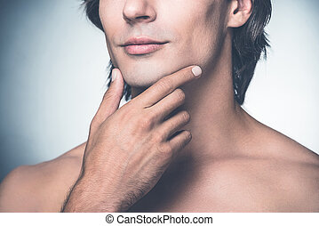 ficar, close-up, segurando, cinzento, bonito, shirtless, jovem, contra, mão, enquanto, queixo, fundo, limpo, sentimento, fresh., homem