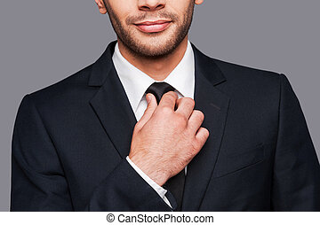 ficar, close-up, seu, colarinho, gravata, ajustar, cinzento, formalwear, jovem, enquanto, contra, fundo, branca, confidence., homem