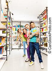 ficar, crianças, quatro, livros, fila, feliz