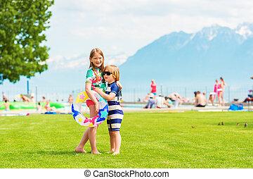 ficar, crianças verão, desgastar, quentes, dois, abraçando, swimsuits, dia, outro, cada, adorável, piscina