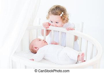 ficar, cute, irmã, seu, menino, observar, recem nascido, olá, bebê bebê