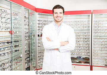 ficar, doutor, labcoat, olhando jovem, câmera, óptico, loja