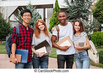ficar, estudantes, jovem, junto, alegre, ao ar livre