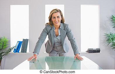 ficar, executiva, frente, agradado, escrivaninha