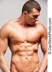 ficar, força, jovem, muscular, cinzento, confiante, enquanto, posar, contra, fundo, masculinity., homem