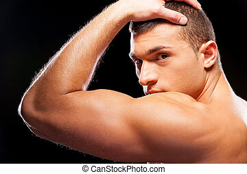 ficar, força, vista, cinzento, muscular, jovem, enquanto, posar, contra, fundo, masculinity., bonito, parte traseira, homem