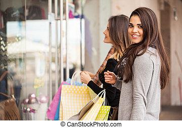 ficar, frente, loja roupa, mulheres