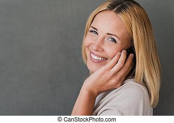 ficar, friend., mulher, maduras, falando, móvel, cinzento, contra, alegre, telefone, enquanto, fundo, sorrindo, conversa, agradável