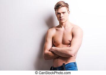 ficar, handsome., cinzento, mantendo, muscular, jovem, contra, enquanto, braços cruzados, fundo, homem, bonito