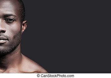 ficar, handsome., metade, cinzento, contra, olhando jovem, confiante, enquanto, câmera, fundo, africano, rosto, homem