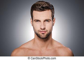 ficar, handsome., shirtless, cinzento, contra, olhando jovem, confiante, enquanto, câmera, fundo, retrato, bonito, homem