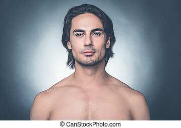 ficar, handsome., shirtless, cinzento, contra, olhando jovem, enquanto, câmera, fundo, retrato, homem