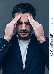 ficar, headache., seu, cinzento, cabeça, contra, jovem, experiência., enquanto, tocar, mãos, retrato, sentimento, frustrado, homem