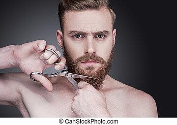 ficar, homem, enquanto, seu, beard., não, shirtless, jovem, contra, cinzento, olhar, mais, corte, câmera, fundo, tesouras, retrato, barba, bonito