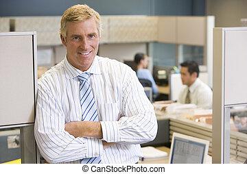 ficar, homem negócios, sorrindo, cubículo