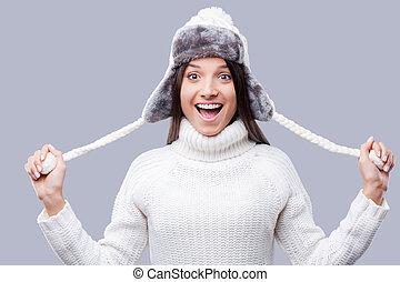 ficar, inverno, cinzento, contra, jovem, alegre, girl., enquanto, morno, fundo, divertimento, mulheres, roupa, tendo, feliz