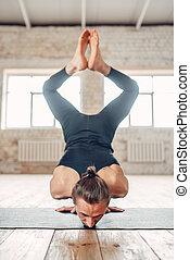 ficar, ioga, baixo, parte superior, mãos, macho