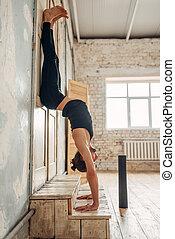 ficar, ioga, baixo, parte superior, posição, mãos masculinas