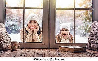 ficar, janelas, criança, olhar, mãe, ao ar livre