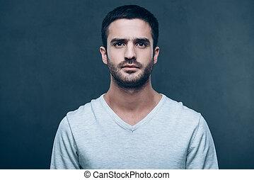 ficar, jovem, contra, cinzento, olhar, enquanto, câmera, fundo, masculinity., retrato, bonito, homem
