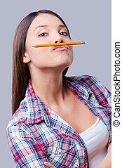 ficar, lápis, loucos, study., dela, sob, cinzento, contra, jovem, enquanto, fundo, segurando, mulheres, lábios, feliz
