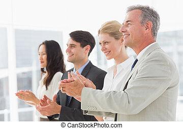 ficar, linha, aplaudindo, equipe negócio